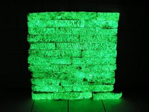 Акриловая краска ложится на стены или просто на кирпичную кладку