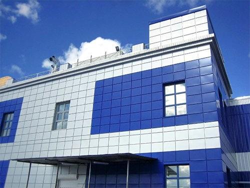 Основные панели, которые наиболее часто используются для отделки фасадов - это сайдинг, фиброцементный сайдинг и композитные панели