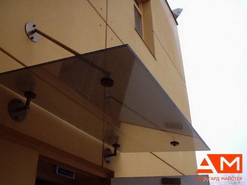 В качестве материала для изготовления навесов и козырьков чаще всего используется алюминий и поликарбонат