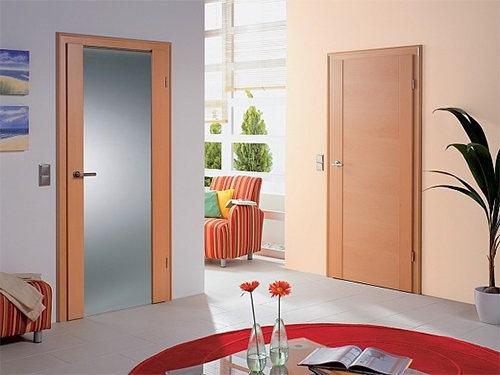 Современные мастера, делая двери на заказ, применяют множество вариантов декорирования