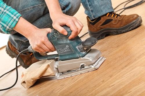 При процессе циклевки паркета с планок снимается тонкий верхний слой древесины при помощи специального устройства