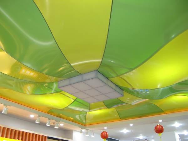 Разнообразная цветовая палитра натяжных потолков способна наполнит вашу комнату невероятной красотой