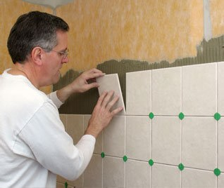 Стеновая плитка должна опираться на уже выполненный слой половой