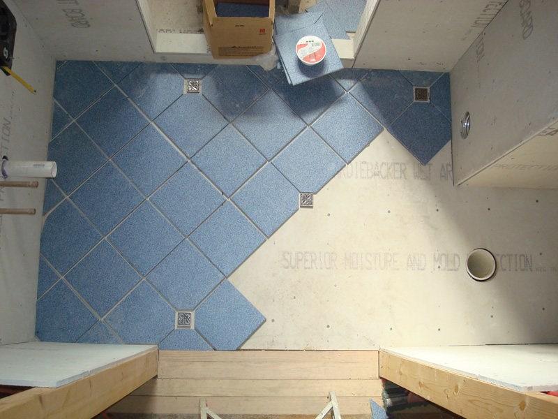 Если при отделке пола используется полированная плитка, ее рекомендуется сочетать с неполированной