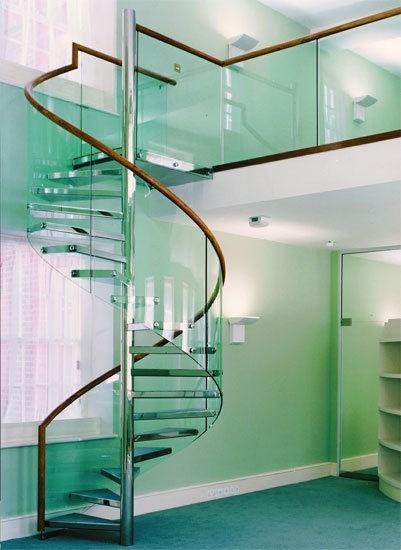 Вопреки стереотипам, лестница из стекла довольно долговечная